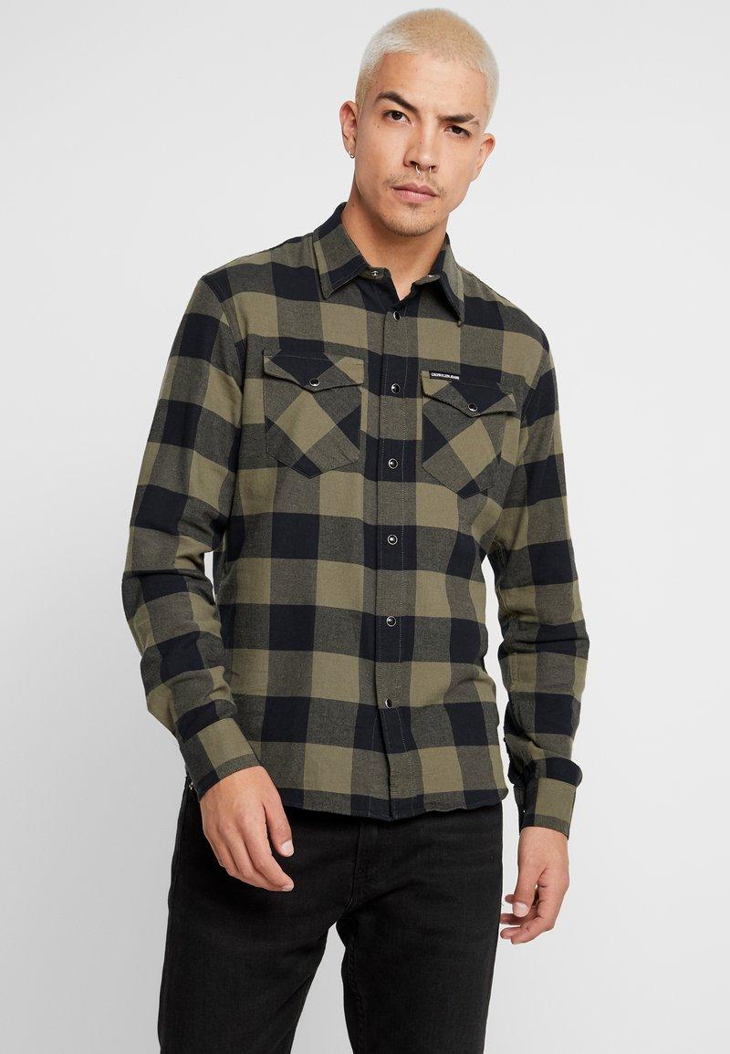 Calvin Klein Jeans - WESTERNCHECK SHIRT REGULAR FIT - Hemd - grape leaf/black