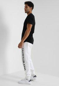Calvin Klein Jeans - INSTITUTIONAL SIDE LOGO - Pantalon de survêtement - white - 2