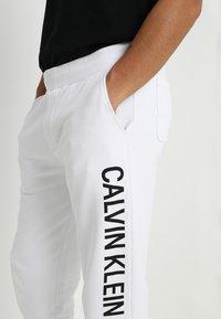 Calvin Klein Jeans - INSTITUTIONAL SIDE LOGO - Pantalon de survêtement - white - 3