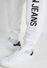 Calvin Klein Jeans - INSTITUTIONAL SIDE LOGO - Pantalon de survêtement - white - 4