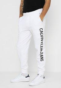 Calvin Klein Jeans - INSTITUTIONAL SIDE LOGO - Pantalon de survêtement - white - 0