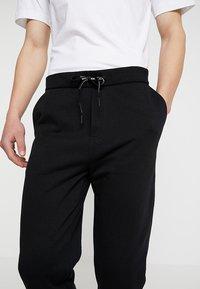 Calvin Klein Jeans - HWK INSTIT LOGO CUFF - Spodnie treningowe - black - 3