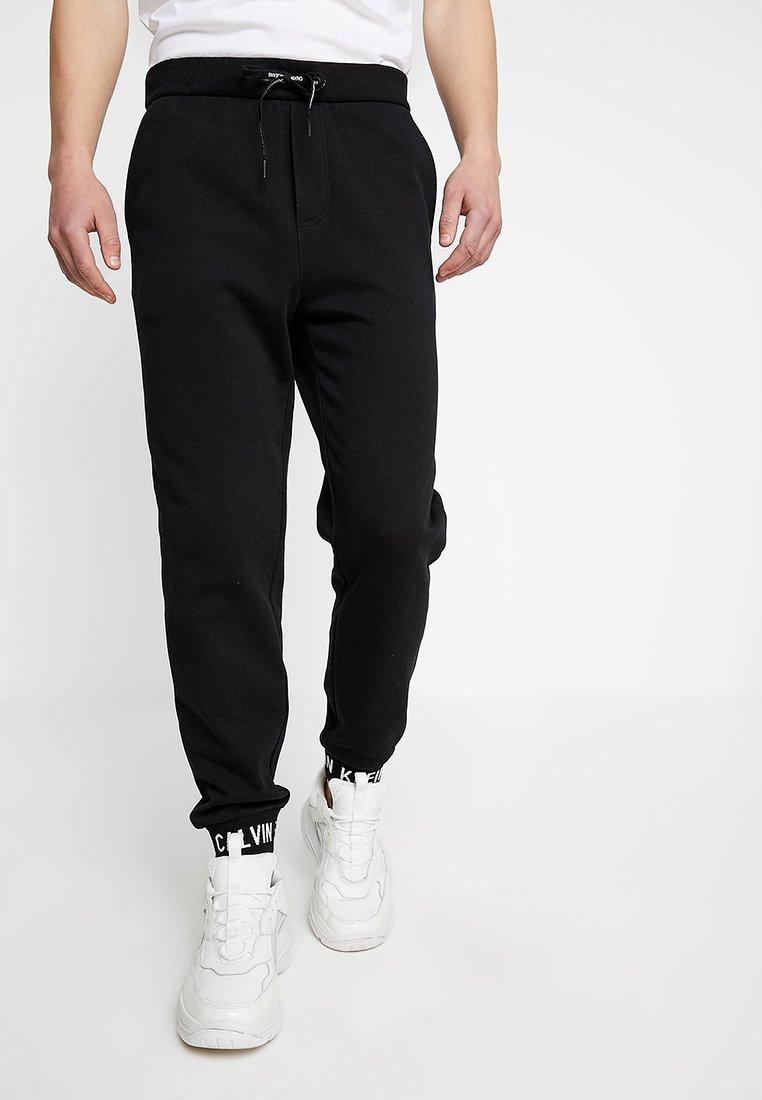 Calvin Klein Jeans - HWK INSTIT LOGO CUFF - Jogginghose - black