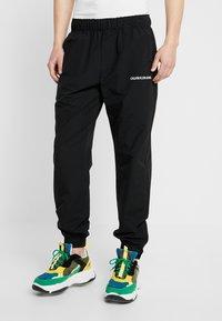 Calvin Klein Jeans - TRACK PANT - Teplákové kalhoty - black - 0