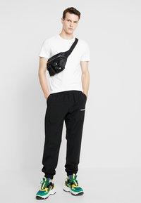 Calvin Klein Jeans - TRACK PANT - Teplákové kalhoty - black - 1