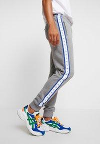 Calvin Klein Jeans - MONOGRAM TAPE PANT - Teplákové kalhoty - grey heather/yellow - 3
