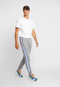 Calvin Klein Jeans - MONOGRAM TAPE PANT - Teplákové kalhoty - grey heather/yellow - 1