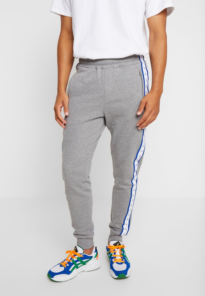 Calvin Klein Jeans - MONOGRAM TAPE PANT - Teplákové kalhoty - grey heather/yellow