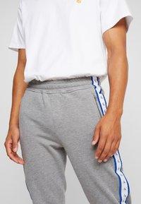 Calvin Klein Jeans - MONOGRAM TAPE PANT - Spodnie treningowe - grey heather/yellow - 4