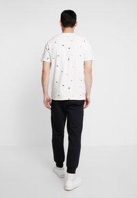 Calvin Klein Jeans - MONOGRAM TAPE PANT - Spodnie treningowe - black/white - 2