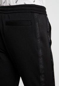 Calvin Klein Jeans - INSTIT TAPE MIX MEDIA PANT - Teplákové kalhoty - black - 5