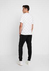 Calvin Klein Jeans - INSTIT TAPE MIX MEDIA PANT - Teplákové kalhoty - black - 2