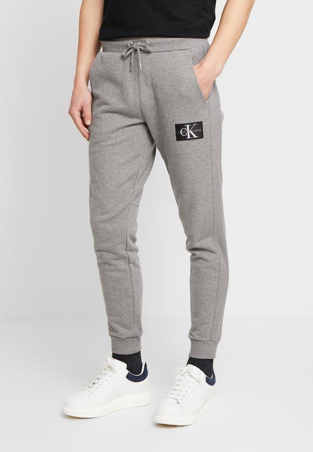 MONOGRAM PATCH PANT - Pantalon de survêtement - grey heather