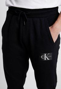 Calvin Klein Jeans - MONOGRAM PATCH PANT - Pantaloni sportivi - black - 4