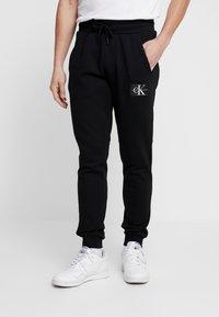 Calvin Klein Jeans - MONOGRAM PATCH PANT - Pantaloni sportivi - black - 0