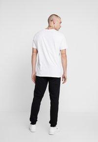 Calvin Klein Jeans - MONOGRAM PATCH PANT - Pantaloni sportivi - black - 2