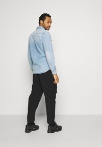 Calvin Klein Jeans - OVERSIZED ZIP POCKET PANT - Kapsáče - black - 2