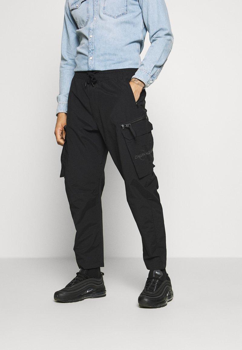Calvin Klein Jeans - OVERSIZED ZIP POCKET PANT - Kapsáče - black