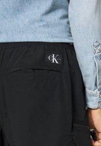 Calvin Klein Jeans - OVERSIZED ZIP POCKET PANT - Kapsáče - black - 5
