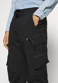 Calvin Klein Jeans - OVERSIZED ZIP POCKET PANT - Pantaloni cargo - black - 3