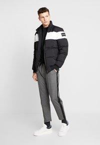 Calvin Klein Jeans - SIDE STRIPE JOGGER - Teplákové kalhoty - grey heather - 1