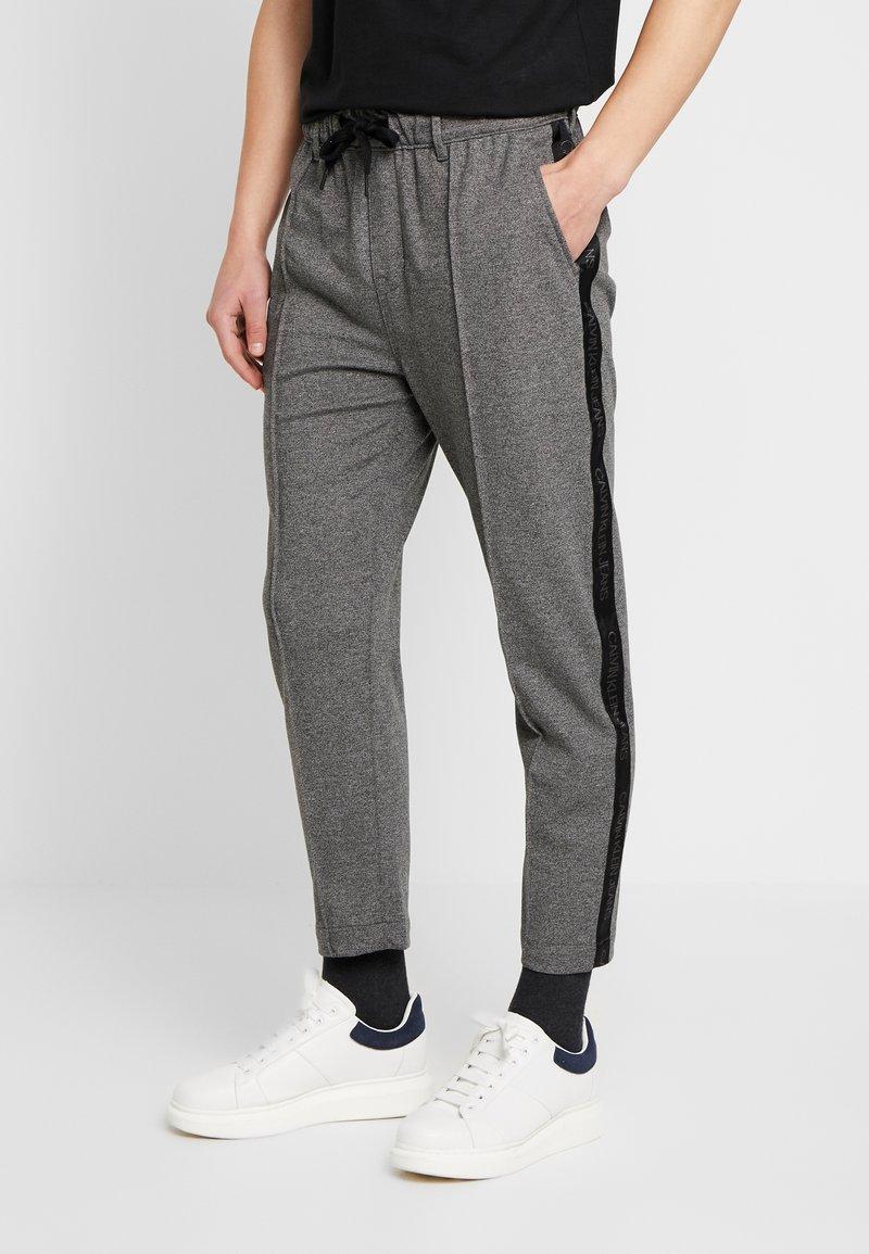 Calvin Klein Jeans - SIDE STRIPE JOGGER - Teplákové kalhoty - grey heather