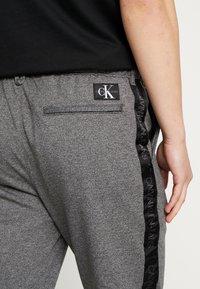 Calvin Klein Jeans - SIDE STRIPE JOGGER - Teplákové kalhoty - grey heather - 3