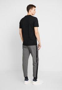Calvin Klein Jeans - SIDE STRIPE JOGGER - Teplákové kalhoty - grey heather - 2