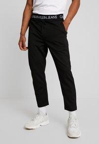 Calvin Klein Jeans - EXPOSED WAISTBAND MILANO PANT - Pantaloni sportivi - black - 0