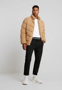 Calvin Klein Jeans - EXPOSED WAISTBAND MILANO PANT - Pantaloni sportivi - black - 1