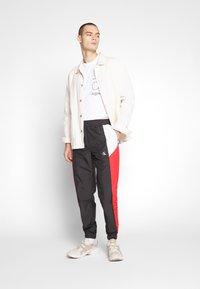Calvin Klein Jeans - COLOR BLOCK TRACK PANT - Trainingsbroek - black/white/red - 1
