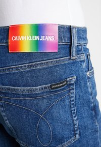 Calvin Klein Jeans - SHORT WITH RAW HEM PRIDE - Džínové kraťasy - dark stone - 5