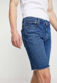 Calvin Klein Jeans - SHORT WITH RAW HEM PRIDE - Džínové kraťasy - dark stone - 3