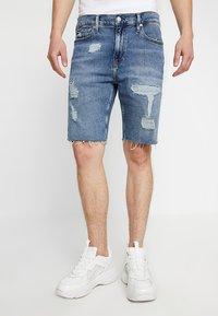 Calvin Klein Jeans - SHORT DESTROYED PRIDE - Džínové kraťasy - painters blue - 0