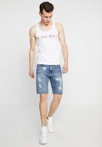 Calvin Klein Jeans - SHORT DESTROYED PRIDE - Džínové kraťasy - painters blue - 1