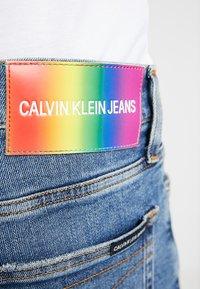 Calvin Klein Jeans - SHORT DESTROYED PRIDE - Džínové kraťasy - painters blue - 5