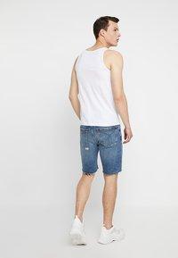 Calvin Klein Jeans - SHORT DESTROYED PRIDE - Džínové kraťasy - painters blue - 2