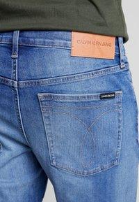 Calvin Klein Jeans - REGULAR - Farkkushortsit - bright mid - 5