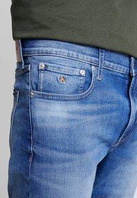 Calvin Klein Jeans - REGULAR - Farkkushortsit - bright mid - 3