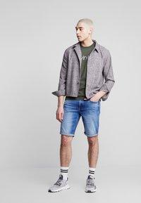 Calvin Klein Jeans - REGULAR - Farkkushortsit - bright mid - 1