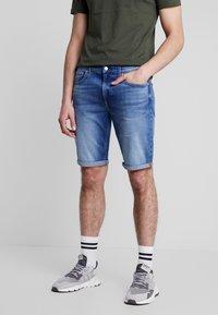 Calvin Klein Jeans - REGULAR - Farkkushortsit - bright mid - 0