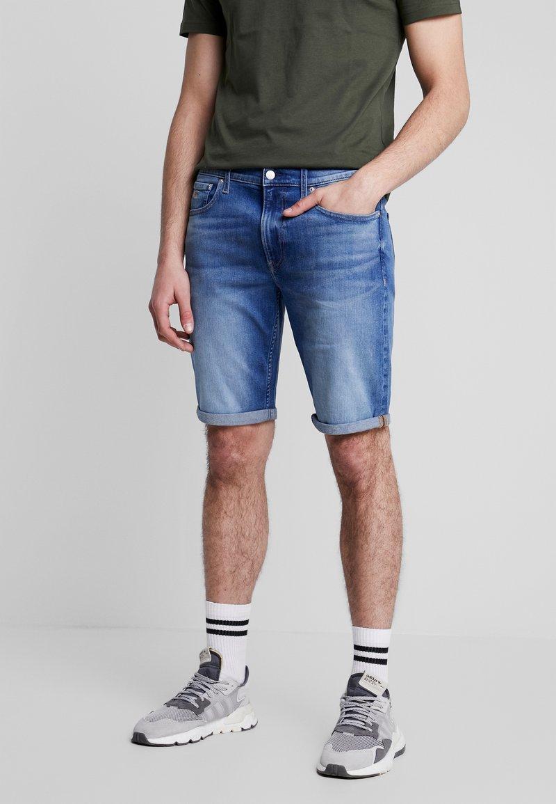 Calvin Klein Jeans - REGULAR - Farkkushortsit - bright mid