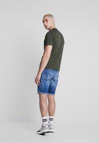 Calvin Klein Jeans - REGULAR - Farkkushortsit - bright mid - 2