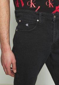 Calvin Klein Jeans - CK ONE REGULAR SHORT - Jeansshort - black stone - 6