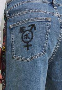 Calvin Klein Jeans - SLIM SHORT PRIDE - Shorts di jeans - light blue - 4