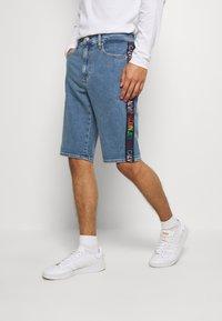 Calvin Klein Jeans - SLIM SHORT PRIDE - Shorts di jeans - light blue - 0
