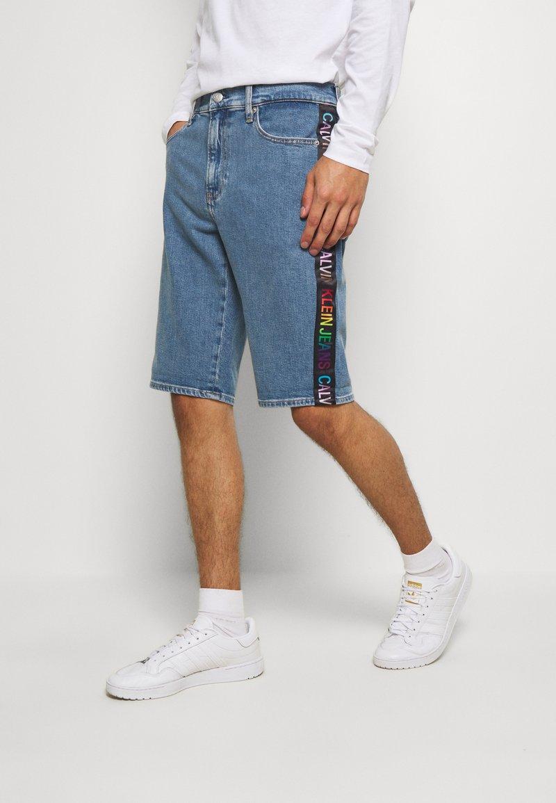 Calvin Klein Jeans - SLIM SHORT PRIDE - Shorts di jeans - light blue