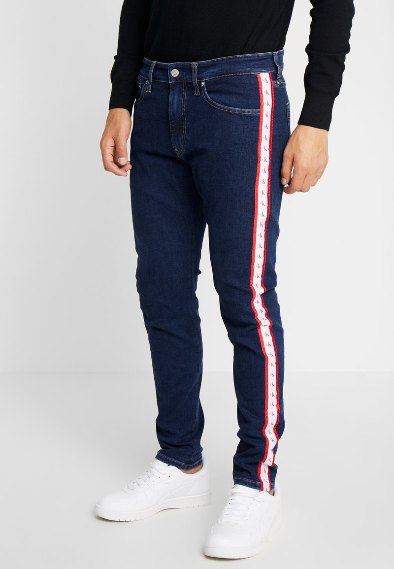 Calvin Klein Jeans - SLIM TAPER - Jeans Slim Fit - blue/white/red
