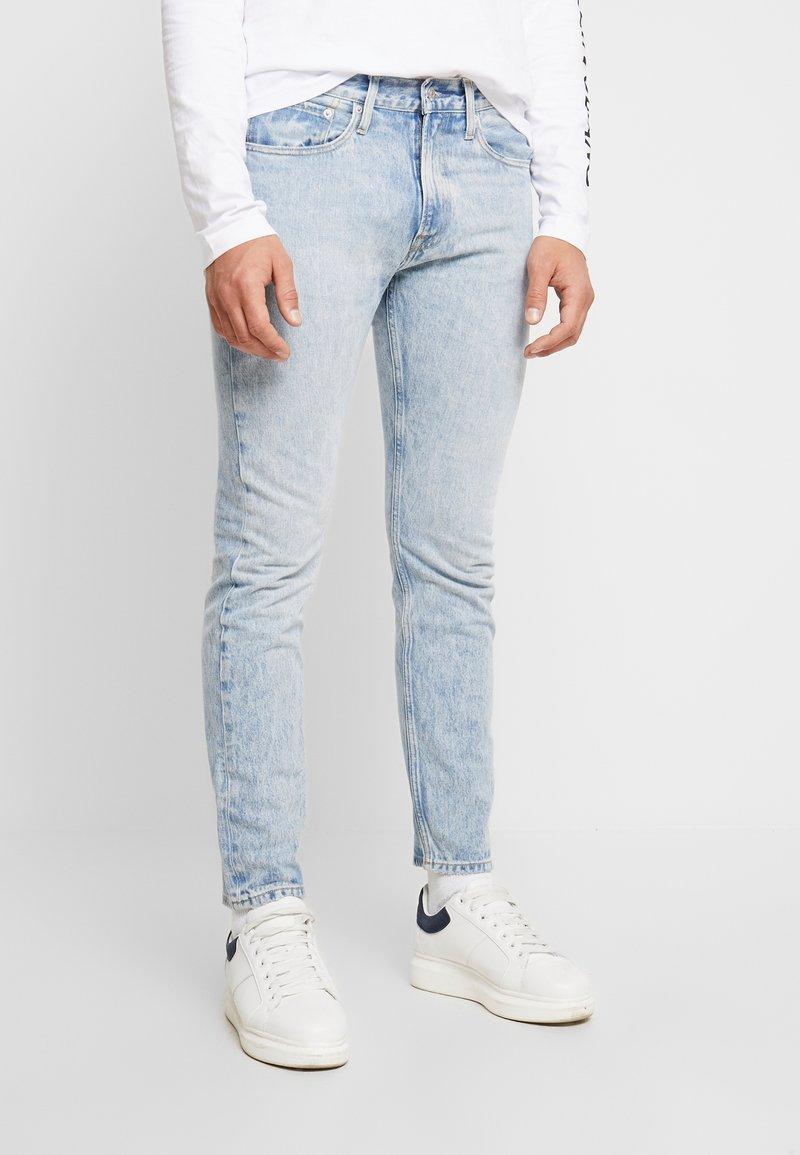 Calvin Klein Jeans - ATHLETIC TAPER - Zúžené džíny - oneida