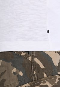 Calvin Klein Jeans - TYPE REGULAR FIT  - Triko spotiskem - white - 4
